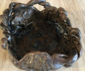 Ceramics by Helena-Reet: Massive brown clay platter with female figures (2020)